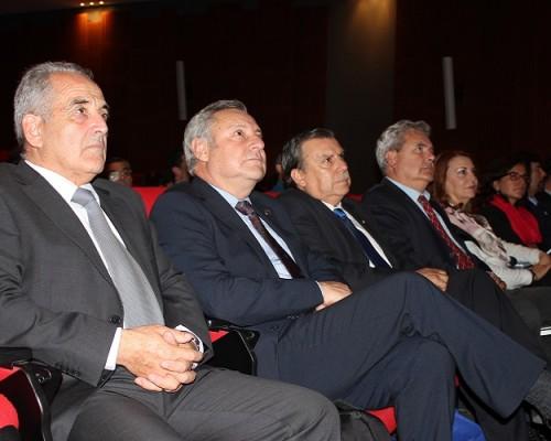 Decano de Medicina Veterinaria USS,  Dr. Álvaro Berios (al extremo izquierdo) presente en el lanzamiento que convocó al mundo académico de su especialidad en Chile.