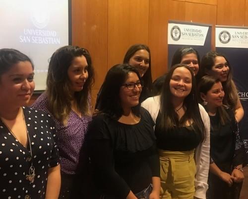 Las estudiantes de Derecho y Trabajo Social USS acompañadas por las docentes Sarai Ponce (izquierda) y Marcela Orias (derecha), Secretarias de Estudio de las carreras de Derecho y Trabajo Social, respectivamente.
