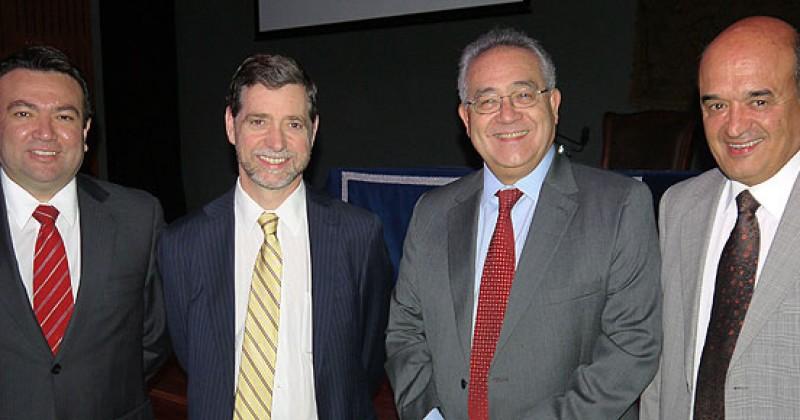 Consejero del Banco Central inaugura año académico de Economía y Negocios USS