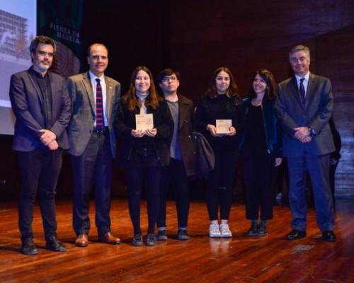 Estudiantes y director de carrera de la Facultad de Arquitectura, Arte y Diseño fueron premiados por el Ministro de Vivienda y Urbanismo Cristián Monckeberg.