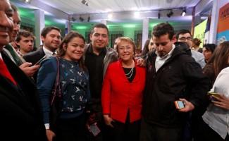 El estudiante de arquitectura de la U. San Sebastián, Martín Mancilla, junto a la Presidenta Michelle Bachelet.