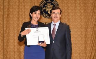 Carolina Andrea Salas Salina, Premio Universidad San Sebastián 2015, y Sergio Castro, vicerrector USS Concepción.
