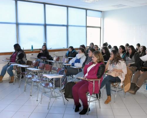 Karla Álvarez, profesional titulada de la USS Concepción, ofreció la primera charla del ciclo.