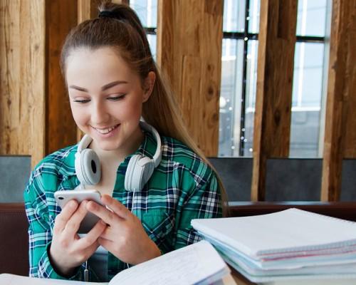 Prohibir los celulares en clases es mirar al pasado