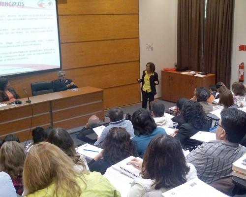 Directores de diferentes establecimientos educativos realizaron presentaciones ante sus pares.