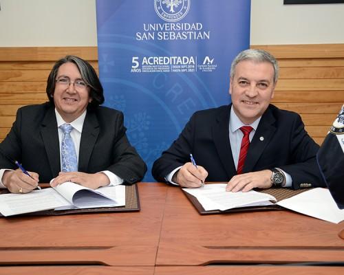El Vicerrector de la USS Valdivia, Angelo Romano, junto con el director del Hampto College. Miguel Barría, firmaron el convenio de colaboración entre ambas instituciones.