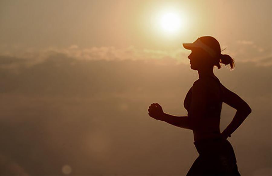 ejercicio y contaminación mujer running