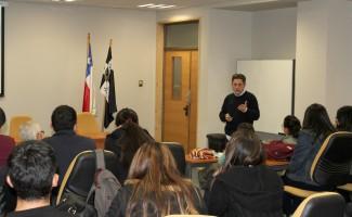 El doctor Pedro Arcos primero se reunió con alumnos de la USS Concepción.
