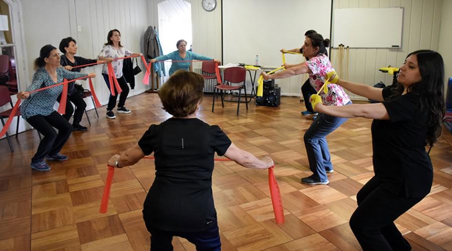 Grupo de adultos mayores en ejercicio con docente Bernardita Esteva y alumna Kimberly Carvajal