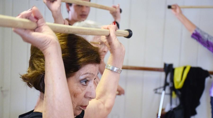 Vecina Providencia haciendo ejercicio con bastón