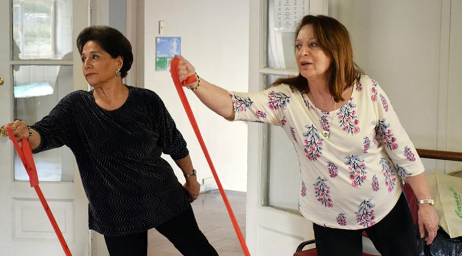 Vecinas hacen ejercicios con cinta